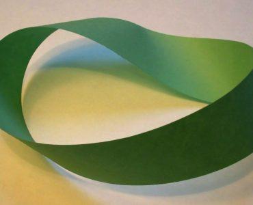 1 Uma fita Möbius feita de um pedaço de papel e fita. Creative Commons