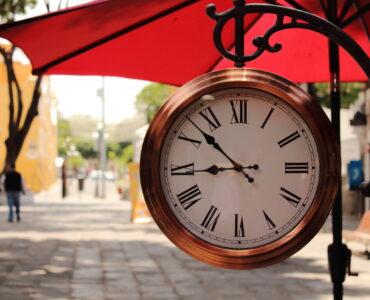 Reloj en el barrio del artista. Creative Commons